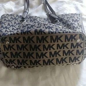 Michael Kors Bags - Michael Kors pocketbook handbag tan black.